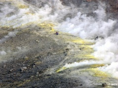 """Fig. 1 - Isola di Vulcano. Campo fumarolico di alta temperatura sull'orlo del cratere """"La Fossa"""""""