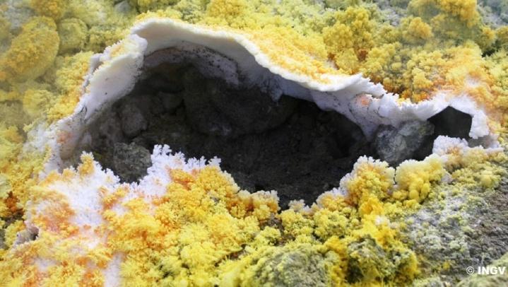 """Fig. 3 – Sublimati di zolfo e cloruro di ammonio di una fumarola del cratere """"La Fossa"""" (Isola di Vulcano)"""