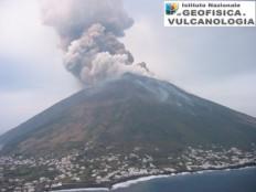 Esplosione parossistica avvenuta il 5 aprile 2003, ripresa da Sonia Calvari a bordo dell'elicottero di Protezione Civile durante una fase di monitoraggio vulcanologico.