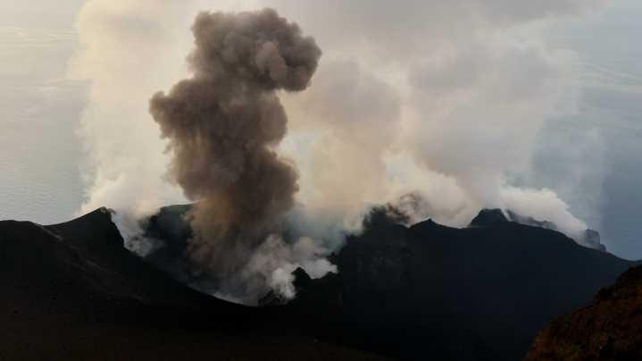 Esplosione stromboliana normale prodotta da uno dei crateri che si trovano all'interno della terrazza craterica sommitale, ripresa nel 2015 da Marco Neri.