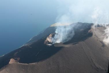 Foto aerea dei crateri e della Sciara del Fuoco (Stromboli, 2009 – Foto di G. De Astis)