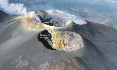 Vista panoramica della cima dell'Etna ripresa da Nord, nel Luglio 2017. In primo piano il Cratere di Nord-Est, il cui orlo sud-occidentale costituisce il punto più elevato del vulcano. Foto di Marco Neri.