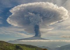 Attività eruttiva parossistica al cratere Voragine, Dicembre 2015, ripresa da Ovest. Foto di Veronica Testa.