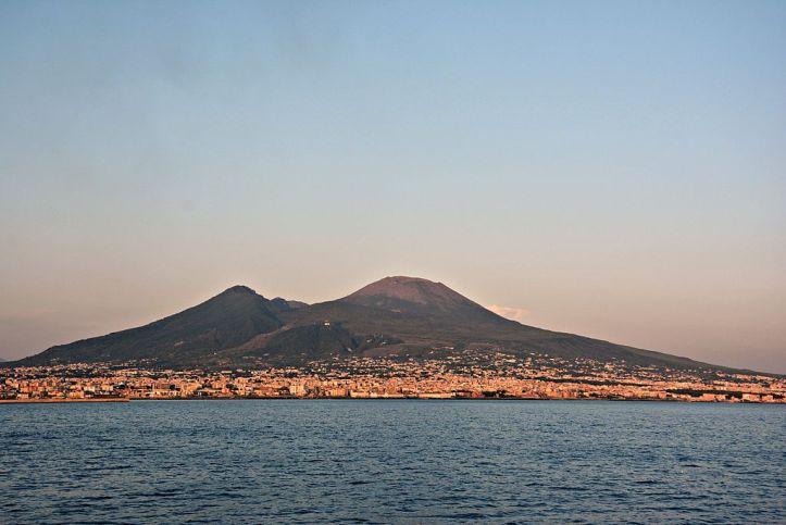 Veduta del Vesuvio dal Golfo di Napoli