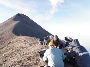 Anno 2012: il Team di ricercatori dell' INGV effettua un monitoraggio della debole attività esplosiva del Volcan de Fuego (Guatemala).