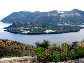 Isola di Vulcano (vista da Lipari) - In primo piano, Vulcanello con la sua piattaforma lavica e i suoi tre crateri a sinistra; dietro il cono di tufo de La Fossa con il degassamento delle fumarole sul bordo settentrionale del cratere.