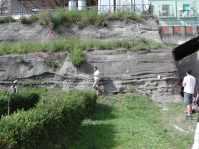 La successione piroclastica dell'eruzione del 79 d.C. a Oplonti (Torre Annunziata, NA), con studenti e ricercatori che ne studiano la stratigrafia