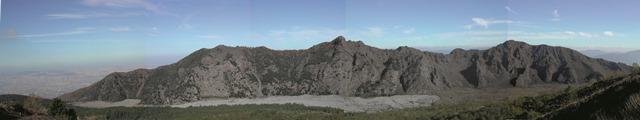 La parete interna della caldera del M. Somma, vista da sud, dal cratere del Vesuvio