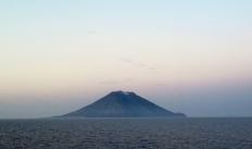L'isola di Stromboli dal mare con la Sciara del Fuoco sulla destra (Foto di G. De Astis)