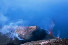 Esplosione Stromboliana diurna dal cratere di NE e terrazza craterica (Foto di G. De Astis)