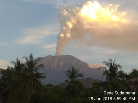 Eruzione del vulcano Gunung Agung sull'isola di Bali (Indonesia) la mattina del 28 giugno 2018. Fonte: MAGMA Indonesia, https://magma.vsi.esdm.go.id/press/view.php?id=175