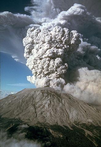 figura 3 - Colonna eruttiva prodotta durante l'eruzione del 1980 del Mount St. Helens, U.S. (fonte immagine: U.S. Geological Survey). La foto riproduce un esempio recente di eruzione con caratteristiche simili a quella dell'eruzione del Vesuvio del 79 d.C..
