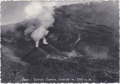 Figura 3. Doppio conetto di scorie e colata lavica intracraterica nella parte nord-orientale del Cratere Centrale, 1940. Da una vecchia cartolina postale.