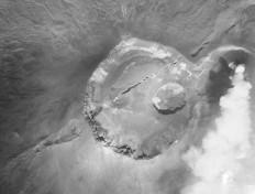 Figura 5. Vista verticale aerea del Cratere Centrale dopo l'eruzione del dicembre 1949, che ha aperto una spettacolare frattura eruttiva attraverso la parte occidentale del cratere e sui fianchi meridionale (a sinistra) e settentrionale. Il cratere Voragine, apertosi nell'autunno del 1945, non è stato interessato da questa eruzione. Dalla collezione personale di Santo Scalia.