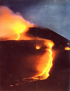 """Figura 7. Trabocco lavico sul fianco meridionale del cono centrale e forte attività stromboliana al """"Cratere del 1964"""" a metà maggio 1964. Foto pubblicata da """"Epoca"""", 14 luglio 1964."""