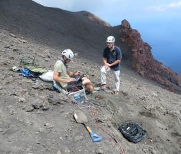 Stromboli. Installazione della stazione BS2 (Blueseis) a SE dei crateri attivi (Foto: Laurent Mattio/iXBlue).