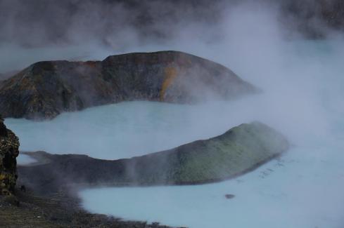 Figura 1 - La rinascita della Laguna Caliente del vulcano Poás, Costa Rica, dopo le eruzioni freatomagmatiche del mese di aprile 2017 (foto: Raúl Mora-Amador).