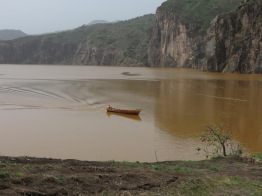 Figura 3 - Lake Nyos, Camerun, il lago tipo-maar più famoso del mondo. La colorazione rossa deriva dal degassamento artificiale, che trasporta acque ricche in ferro dal fondo del lago alla superficie mentre l'acqua rilascia la CO2, colorando il lago di rosso (foto: Dmitri Rouwet, marzo 2016).