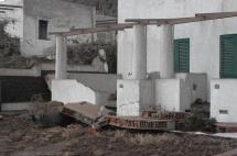 Figura 3 - Immagine scattata dopo lo tsunami del 2002 a Stromboli che mostra i danni causati agli abitati ubicati lungo la costa.