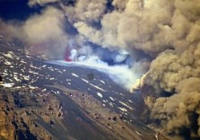 Figura 2 - Fessura eruttiva apertasi in prossimità dell'orlo della parete occidentale della Valle del Bove, ripresa il 24 dicembre 2018 (foto di B. Behncke).