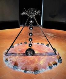 """Figura 2 - Giacomo Bertolino, """"Kundalini"""" 2018, Rondelle e ingranaggi meccanici e materiali metallici di recupero."""