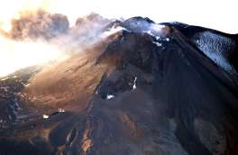 Segmento posto a quota più elevata della fessura eruttiva apertasi il 24 dicembre 2018, sul basso fianco orientale del Nuovo Cratere di Sud-Est. Foto di Marco Neri.