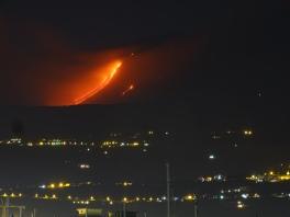 Figura 5 - Colate laviche alimentate dalla fessura eruttiva apertasi il 24 dicembre 2018 lungo la parete occidentale della Valle del Bove. (Foto di B. Behncke).