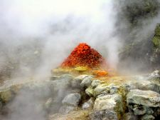 Figura 2 - Fumarola Bocca Grande con il cumulo di pietre messe dal venditore di minerali che nel giro di pochi giorni si ricoprivano di microcristalli di realgar (Foto M.Russo)