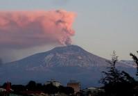 Emissione di cenere dal Cratere di Nord-Est dell'Etna all'alba del 19 febbraio 2019, vista da Tremestieri Etneo (20 km a sud dalla cima del vulcano). Foto di Boris Behncke, INGV-OE.